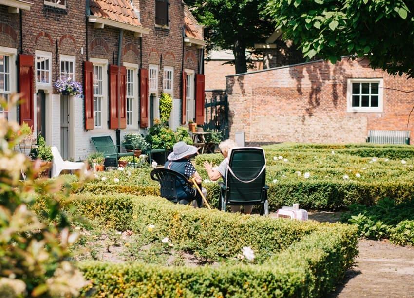 Le « vieillir chez-soi » : cerner le concept, ses dimensions, ses liens avec le programme Municipalité amie des ainés et la profession du travail social